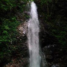 日本の滝100選の払沢の滝は見事でした、マイナスイオンで癒されます