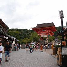参道から見た清水寺の仁王門です