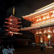 ライトアップされた浅草寺