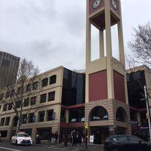 時計台がある小さなショッピングセンター