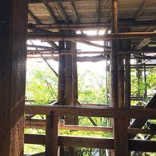 改装中の足場も、木造で見栄えがする。