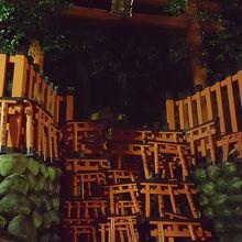 夜の鳥居は、ゲートの向こうに何かを封印しているように見える