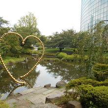 現代アートは不似合いな由緒ある大名庭園