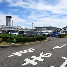花と緑、芸術作品のある綺麗な空港