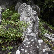 階段脇には多くの石仏が