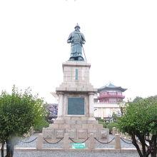 タワーの前に建つ銅像