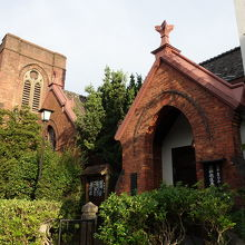レンガ色の魅力的な教会