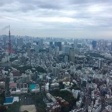 六本木ヒルズ森タワー52階にあって、東京を一望できます。