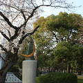 写真:平和祈念像 (草野心平の詩碑)