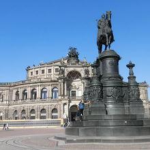 ゼンパーオペラ前の広場。