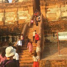涅槃仏と高い仏塔が特徴