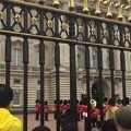 写真:バッキンガム宮殿の衛兵交替式