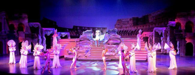 華やかな大ステージで夜を楽しむCoLoSeum ...