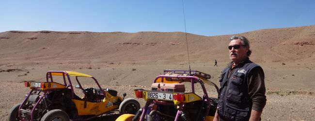 ワルザザート:カートで荒野(モロッコ)...
