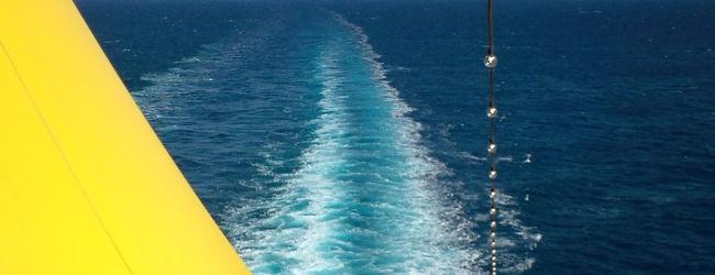 紺碧の海と空に白い航跡を残して〜美しい...