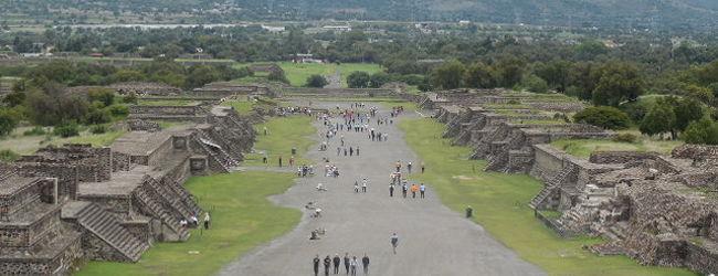 メキシコシティ郊外のテオティワカン遺跡...