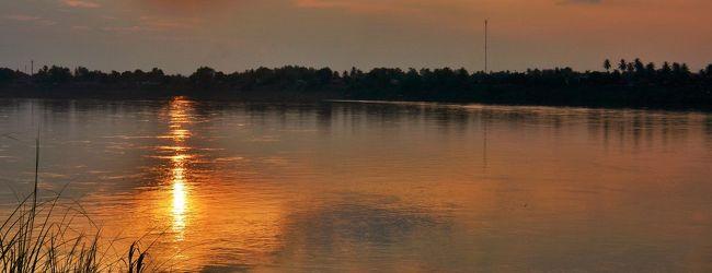 タイ ノーンカーイでメコンに沈む夕日を...