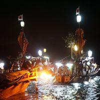 厳島神社最大の神事、宮島管絃祭〜月下の暗い海を進むかがり火の管絃船とそれを曳航する江波・阿賀の船。対岸の地御前神社からの復路6キロは、平安雅楽の一方で、必死に櫓・櫂を漕ぐ男衆の勇壮な姿もなかなかの見どころです〜