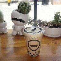 JALビジネスクラスで行くハワイ � 晴れた日のカカアコはウォールアートが映える♪ フォトジェニスタが自然と集まる『SALT at Our Kaka'ako (ソルト・アット・アウア・カカアコ)』の最新ショップをご紹介、黒ひげがトレードマークの【Mr. Tea Cafe(ミスター・ティー・カフェ)】でバブルティー、ワイキキ『ロイヤル・ハワイアン・センター』