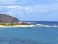 サンディビーチを望む高台から、モロカイ島が見える