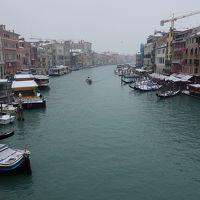 リアルト橋からみる運河の景色。雪でさすがに舟は少なかった。