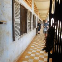 灼熱の大地カンボジアへ・その19/カンボジアに来たならばここを避けて通れまい、虐殺の収容所トゥールスレン博物館へ