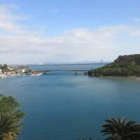 沖縄 青い海と緑の島と真直ぐな橋(海中道路)
