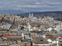 アンデスの峰をドライブ 美しい首都のキト