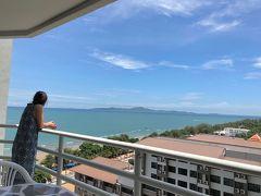 【パッタヤ Pattaya】快適なCondominium!  快適なビーチ!(^_^)。。。が、しかし、犬に噛まれて病院へ。。勿論、水泳はダメ!お酒もダメ!(ToT) 仕方がないからニューハーフショーって。。