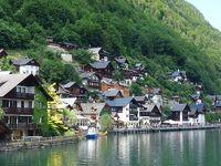 ハルシュタットを遊覧船から眺める。湖畔の崖にへばりつき周囲から孤立しているのがわかります。