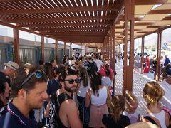 慌ただしく回る アテネ・サントリーニ・ベネチア�サントリーニ空港の行列とベネチアのホテル