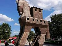 ハインリッヒ・シュリーマンが発掘した遺跡でトロイの木馬に初逢瀬