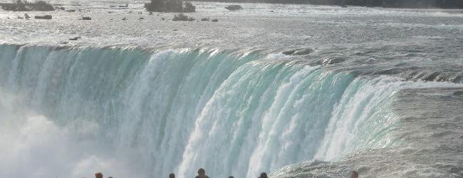 迫力あるナイアガラの滝(カナダ側)クルー...