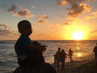 ワイキキビーチの夕日(肩車されたのベビー)