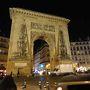 ロンドンからのユーロスターは10分遅れでパリ北駅に到着。改札抜けてタクシー乗り場へ。幸い、並ぶこともなくタクシーに乗ることができました。しかし、パリの渋滞はすごいもの。少しも動きません。運転手もbig trafficとあきれ顔。運転の荒いのはパリ独特のもの?ホテルはMetroのBonne Nouvelle駅のすぐ近くにあります。ホテルのフロントはとても気のいいおばさん。私はあまり英語が得意ではありません、と言いながらも丁寧に説明してくれました。 明日のためにcarnetを買いに行こうとBonne Nouvelleの駅に行ったのですが売っていません。近くにカルフールストアがあったのでサンドイッチと飲み物を購入。ホテルに戻るとおばさんがこの人は英語が得意です、とフロントの人を紹介してくれました。carnetのことを聞くとStrasbougの駅で売っているとのこと、very closeとても近いという言葉に駅に向かうと、おお!凱旋門が!ポルト·サン·ドニという名前らしい。1672年建設。凱旋門が建設されるまでパリで一番大きかったらしい。駅に行くと窓口があり、無事carnetを購入することができました。