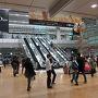 【2014年11月28日】  金曜日の夜。大阪で仕事を終えてから新幹線で名古屋へ移動しました。写真は名古屋駅の様子。名古屋駅で降りるのは久しぶりです。