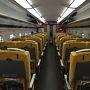 こまちの内部。黄色いシートにグレーの車体がおしゃれでヨーロッパの鉄道みたいですね?。シートも大きくてゆったりしています。