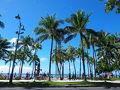 青い空!ビーチを横にてくてく歩いて行きます。