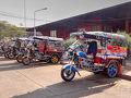 宿から歩いてノーンカーイのバスターミナルに来ました。  バスターミナルの前に待機していた、モーターバイクの3輪車タクシー「サームロー」。