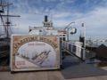 海洋博物館(Maritime Museum of San Diego)入口。岸壁に年代物の船、ヨット、潜水艦などがさりげなく展示されています。船から船に簡単な連絡橋が架けられており、次々に訪問することができます。最も大きな展示館では海洋の歴史も紹介されており、ボランティア—の説明(英語)もあります。