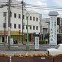 1時間ちょっとで竹原駅前到着。 駅前にある竹原観光案内処で地図をもらい町並み保存地区のお話などを聞きました。 何より重宝したのが「たけはら公共交通時刻表」。 広島からのバスや列車・島へのフェリーの時刻表が載っています。 これを先に欲しかった…!