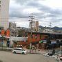 行きは電車。新幹線で名古屋まで、名古屋からは名鉄線。 犬山駅からの風景。遠くに犬山城が見えます。近くの猿の看板(モンキー薬局)の方が気になりますが。。
