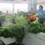 野菜売り場では新鮮そうな野菜が山積みにされています。この後ろの方には食事をするスペースもあり市場に買い物に来た人たちが食事をしていました。