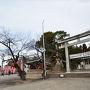 犬山城へは登らず 右に三光稲荷神社   鮮やかな朱色の鳥居が美しい三光稲荷神社はお城への近道。   坂道を登ると犬山城に着く。 左に針網神社   この神社もお城への近道。三光稲荷神社とは違った雰囲気である。   国指定重要無形文化財である犬山祭は、この神社の祭りである  (毎年4月第1土曜日開催)。祭りには13台の車山がくりだし豪華絢爛。