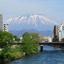 盛岡駅を出て市街の中心へと向かいます。北上川を渡る開運橋からは岩手山がくっきりと見えました。この風景は大好きです。