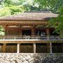 山の自然に抱かれるように建つ室生寺。 風情のある石段を登って行くと古い金堂があらわれ、中には麗しい仏像たちがズラリ…! 言葉いらずの素晴らしいひととき。