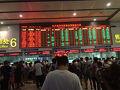 絶望的な大行列の北京西駅切符売り場…電光掲示板で残り座席数が刻々と減るスリル!しかし外国人はネット予約できないので並んで買うしか術はなし