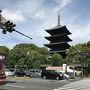 京都のお隣、兵庫県に住んでいるため、いつでも行けると思っていてなかなか行かない京都へ数年ぶりに先月行ってみたら、また行きたい気持ちに火がついて今回は1泊2日で行ってきました。  まずは東寺から、がんばれば京都駅から歩いていけます。 私は行きは近鉄で帰りは京都駅まで歩きました。  東寺は五重の塔で有名な世界遺産 真言宗の総本山です。四国八十八ヶ所出発前には東寺で弘法大師にあいさつしてから行くそうです。  四国出身の私にとって弘法大師はとても身近な存在でした。 なので まずは東寺へ