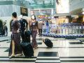 さぁ、というわけで憧れのシンガポール航空に乗り込みます。 無理かなーと思ってたけど窓際2席をとってくれました(^◇^)  そして衝撃の事実。 私の中でのCAユニフォームランキングが更新!!!!!  か、か、かわいい( ゚Д゚)   足元はまさかのサンダルです。  しかもこれスカートスリットなんです。 セクスィーー!!!  あーこれからは機内食よりもCA制服の写真を残しとくべきやな(※オッサン)  ちなみに空港にこの同じ柄の服がたくさん売られてました。 可愛いけど着ていくところ、ないぜ。。。涙