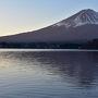 風も弱く富士山のシルエットが河口湖に映る。